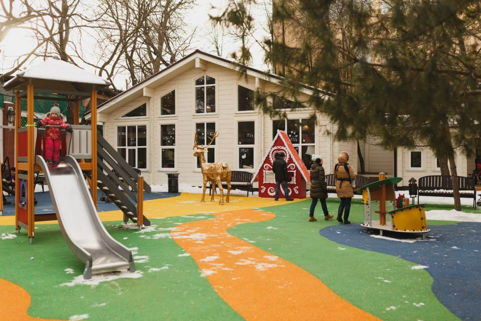 Уютная детская площадка в самом центре Москвы   сад Эрмитаж