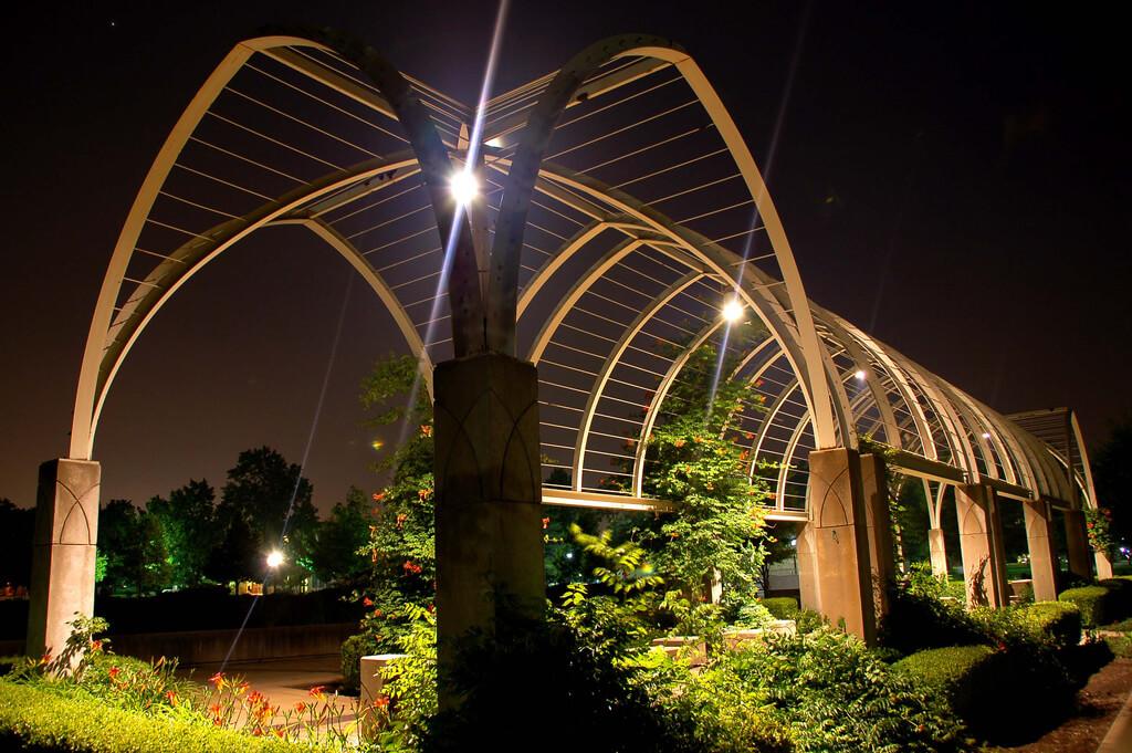 Уличное освещение города: парков, скверов и дворов