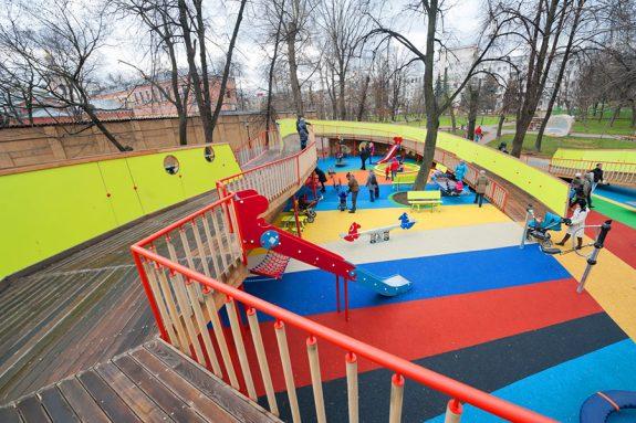Детская площадка в саду имени Баумана