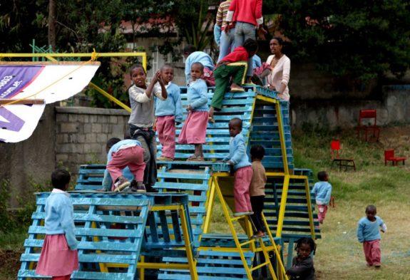 Самодельные детские площадки из мусора